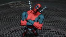 Deadpool na nových obrázcích krvavě a s pizzou