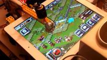 Robot z Lega hraje free to play hru na tabletu za svého majitele
