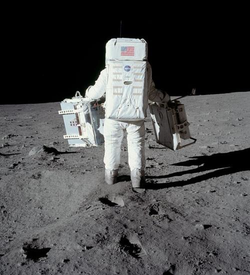 Aldrin nese vybavení