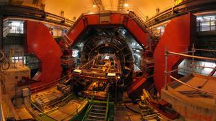 ALICE, jeden ze sedmi detektorů částic, které se prohánějí tunely urychlovače