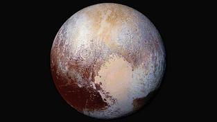 Pluto v nepravých barvách, použitých k odlišení různých oblastí na povrchu trpasličí planety
