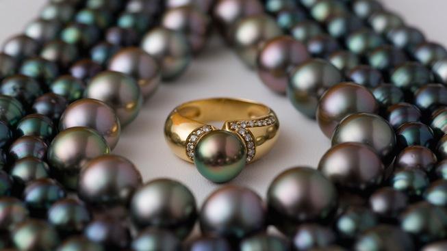 strands-of-black-pearls