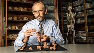 Profesor John Kappelman s 3D odlitky kostí Lucy