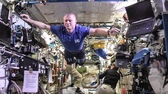 I když jste 400 kilometrů nad Zemí a máte důležité úkoly, stejně je potřeba se sem tam pobavit