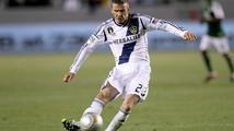 Beckham nakopl míč do ležícího protihráče. Místo omluvy přišla frustrace