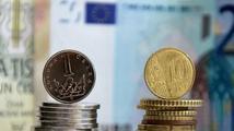 Koruna je k euru nejsilnější za rok, k dolaru pod 19 Kč