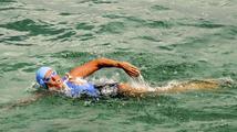 Popálily ji medúzy, hrozí žraloci. Odvážná Američanka (62) plave z Kuby na Floridu