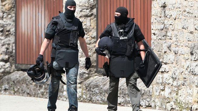 policisté po zákroku na exekuovaného