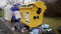 Stokilový kontejner na odpadky zavalil dvě děti. Jsou v péči lékařů