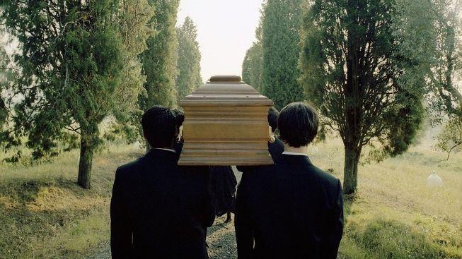 Francouzského důchodce 'pohřbili zaživa'. Musel dokázat, že je naživu