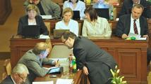 Sněmovna jedná o nedůvěře vládě, koalice zřejmě opět odolá