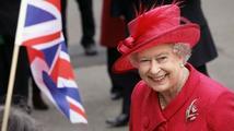Kvůli klobouku Alžběty II. musí francouzský prezident nechat vypravit větší vůz
