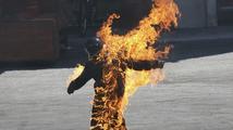 Muži při práci vzplálo oblečení, utrpěl těžké popáleniny