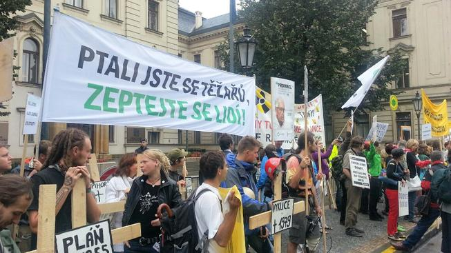 Demonstrace proti těžařské politice.