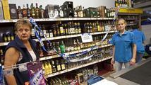 Obchodní řetězce do rána stáhly všechen tvrdý alkohol