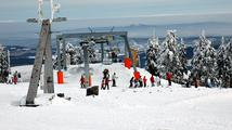 Na lyžaře v Krušných horách čekají nové sjezdovky. Připlatí si za skipasy