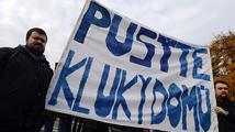 Před Řeckou ambasádou se agitovalo za vězněné Čechy