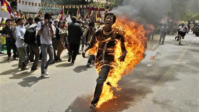 Tibetská dívka v plamenech.