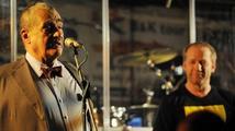 Hudební kluby hostily Noc s Karlem, některé náporu nestačily