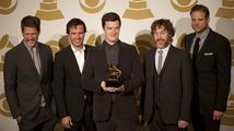 "Grammy za album roku získali Mumford & Sons, ""gramofónek"" putuje i do Česka"
