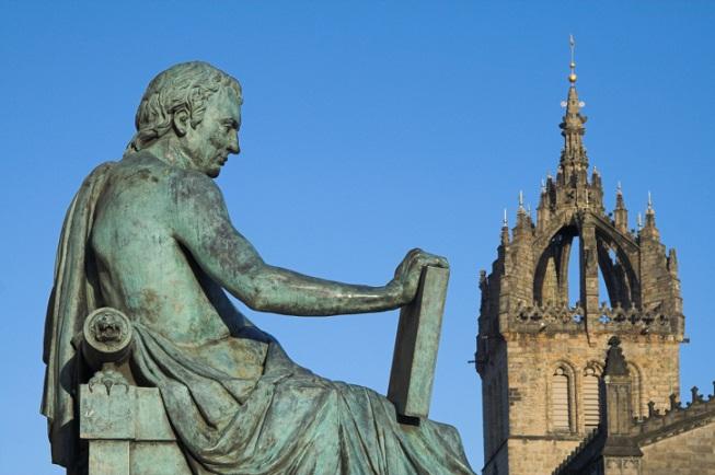 V pozadí Kostel sv. Jiljí a vepředu socha skotského filozofa Davida Humea
