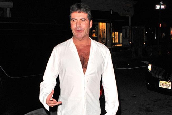 Simon Cowell s rozepnutou košilí
