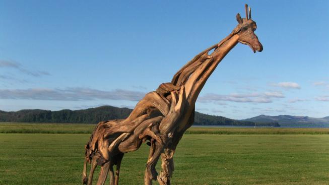 Socha žirafy ze dřeva