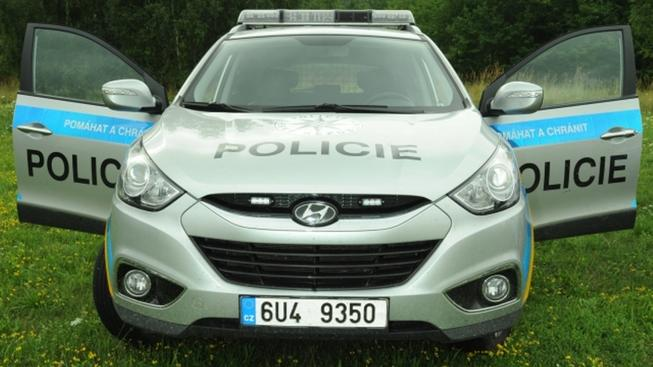Karlovo náměstí uzavřeno: Pronásledovaný tam narazil do zátarasu z policejních aut