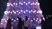 Obama s rodinou rozsvítil vánoční strom, vzpomínal na Mandelu