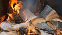 Nebezpečná kniha zvedla policisty ze židlí. Zasahovali na několika místech v Praze