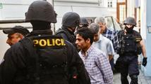 Zásahová jednotka muslimskou modlitbu nenarušila, vyplývá z prověrky
