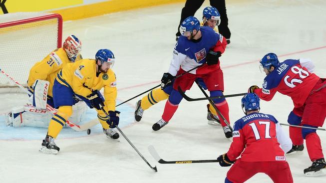 Jaromír Jágr pálí na švédskou branku, ovšem stejně jako zbytku týmu se mu do ní puk dostat nepovedlo.
