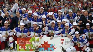 Zlatí ruští hokejisté s pohárem pro šampiony.