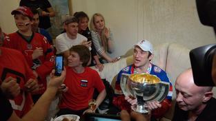 Alexandr Ovečkin na hotelu s fanoušky a s vítěznou trofejí.