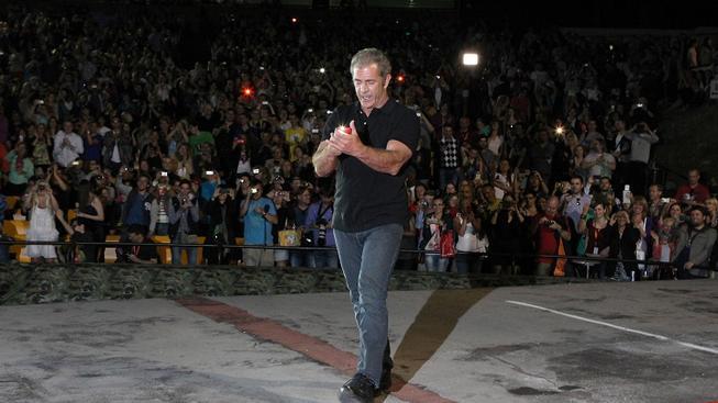 Mel Gibson ve Varech svlékl smoking a přišel do letního kina mezi české fandy