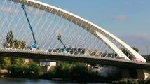 Trojský most čeká zatěžkávací zkouška s naloženými náklaďáky