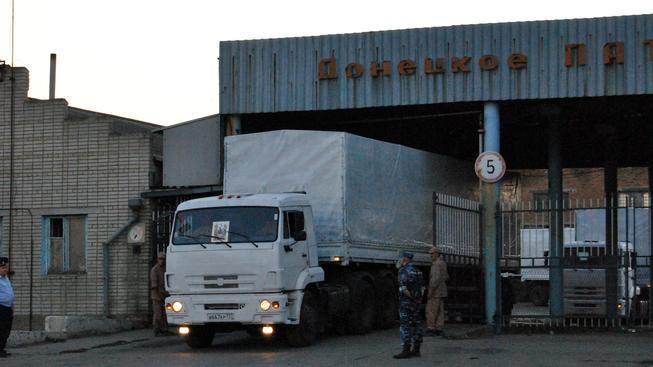 Ruské kamiony se pomalu posouvají vstříc k ukrajinským hranicím