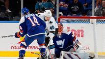 Sekáč dal svůj první gól v NHL, Hertl zařídil 'Žralokům' bod