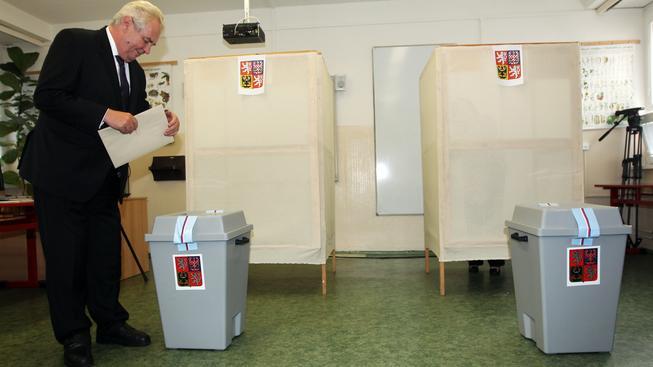 V senátních volbách lidé nechtějí volit menší zlo, míní Zeman