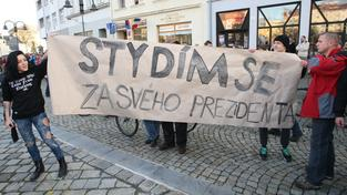 Zemanovi odpůrci nejdřív protestovali v kuklách, pak si je ale sundali