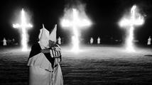 Do nepokojů ve Fergusonu zasáhl i Ku Klux Klan