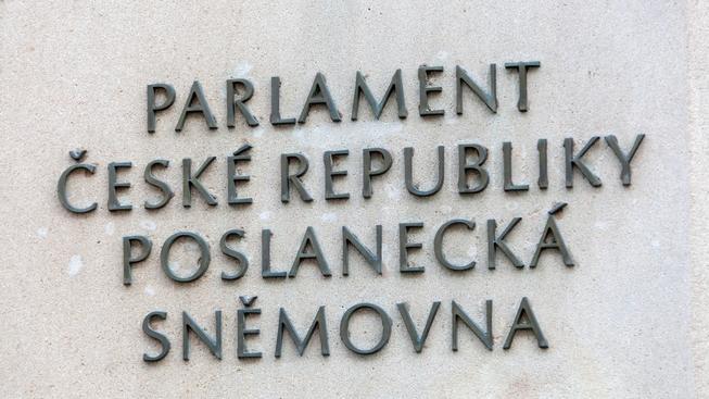 Tragikomický spor o výši poslaneckých platů rozdělil politiky