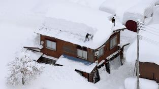 Sníh doslova zavalil severní část Japonska. Meteorologové varují, že špatné počasí může pokračovat