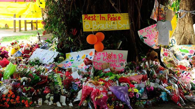 Na místo tragédie lidé spontánně nosí květiny a hračky.