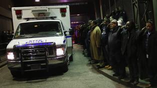 Newyorští policisté u nemocnice vzdávají hold svým dvěma mrtvým kolegům.