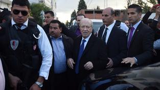 Na bezpečí během prezidentských voleb dohlíží desetitisíce policistů a vojáků. Šanci na úspěch má totiž kandidát sekulární strany Hlas Tuniska Kaíd Sibsí (uprostřed)