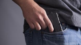Střílet měl strážník, který nebyl ve službě, ale měl s sebou svou soukromou zbraň