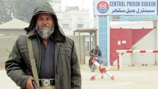 Strážník před věznicí v Sukkuru, která se tak jako další nápravná zařízení v Pákistánu připravuje na masivní popravy