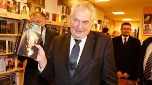 Prezident Miloš Zeman nakupuje v knihkupectví vánoční dárky