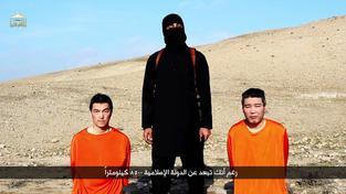 Radikálové z Islámského státu unesli dva japonské rukojmí Kendžiho Gota (vlevo) a Harunu Jukawu. Jukawa zřejmě již popravili